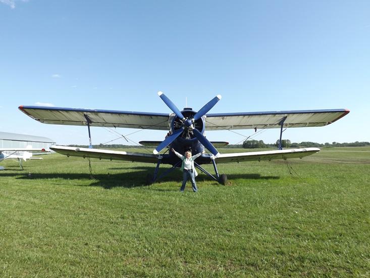 Ő itt egy An-2-es vagyis Ancsa, nahát vele nem akartam volna felszállni! Volt hozzá szerencsém, azóta nemszeretem a 'nyanyát'.. ejtőernyősöket vittünk fel, miután kiugrottak a pilóta üzemanyagtakarékosság révén szabadesésben ereszkedett egy darabig.... Huh! Ne tudjátok meg, milyen élmény... felejthetetlen!