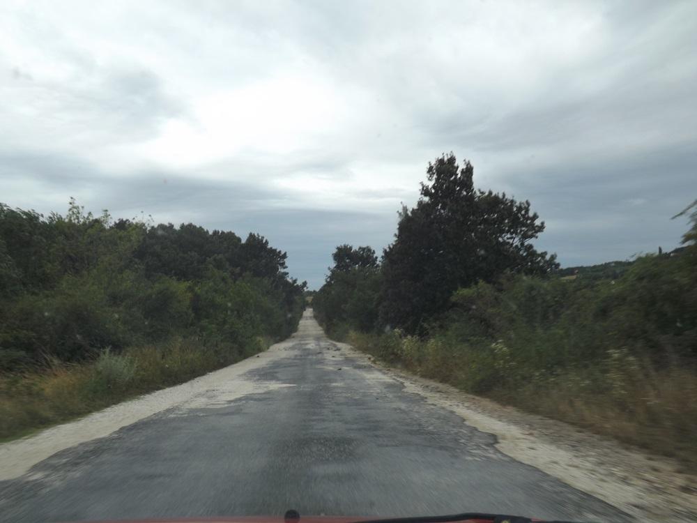ilyen utakon jártunk, itt a 'régi időkben' katonai lőtér vagy hasonló lehetett, éreztük a lánctalpasok marta út rezgéséből...