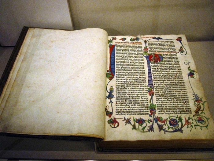 the-gutenberg-bible1_a_gutenberg_biblia_foto_amitavgosh_com_2012_majus_30_1.jpg