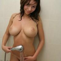 Édesem mosolygó, punciját zuhanyzó szexi lány