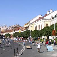 Gyalogosok, kerékpárosok, gördeszkások a főutcán