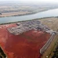 Almásfüzitő: Veszélyes tevékenység a vörösiszap tetején