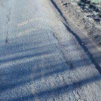 Lekopott burkolati jelek, megsüllyedt autópálya - ilyenre sikerült a kerékpárút építés. De legalább sokba került.