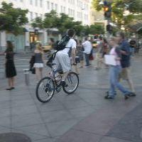 Egészséget kívánt a járdázó biciklis