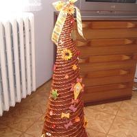 Karácsonyfa újságpapírból fonva