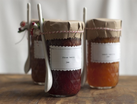 diy-jam-jar-wedding-favors.jpg