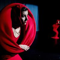 A pirosruhás nők érintése