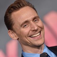Tom Hiddleston Hamletként lép színpadra