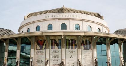 Felirat került a Nemzeti Színház épületére