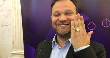 Aranyosi Péter humorista kapta idén a Karinthy-gyűrűt