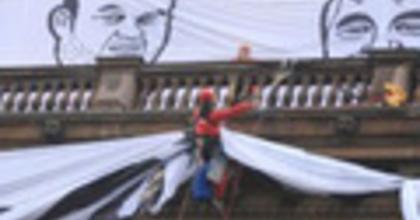 Greenpeace-aktivisták másztak fel a cseh Nemzeti Színházra