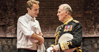 Kritikusok kedvence a brit trónörökös elképzelt uralkodásáról szóló darab