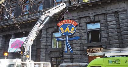 Mi lett a Budapest Bábszínház neon figurájával?