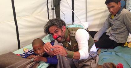 Nepáli földrengés - Bohócdoktorok is segítik a túlélőket