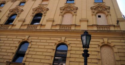 Bedeszkázták a Szegedi Nemzeti ablakait