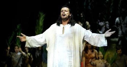 Aki a Pokolgép frontembereként Jézust énekelt a Madáchban