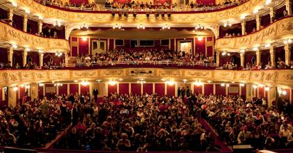 Hallássegítő rendszert üzemel be a Vígszínház