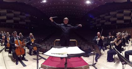 3 dimenziós virtuális zenehallgatás egy zenekar közepén