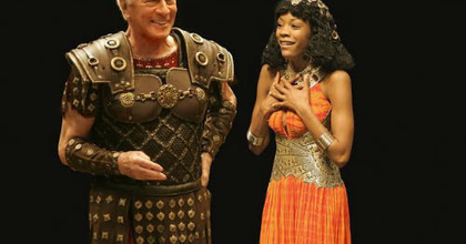 Christopher Plummert láthatjuk Caesar-ként az Urániában