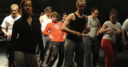 Nyilvános maratoni táncpróba a Vígben