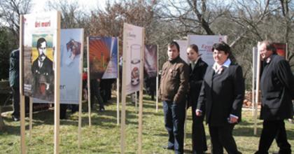 A Nemzeti Színház plakátjai a viszáki Pajta udvarán