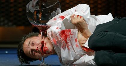Sok hűhó semmiért vagy korszakos előadás? – Kritikák a Víg Hamletjéről