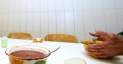 Hajléktalanoknak osztott ételt a szegedi társulat