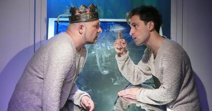 Hamlet négy szereplővel - Címszerepben Jaskó Bálint a Pinceszínházban