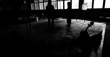 A halottember - Háy-darabot mutat be a Szkéné