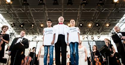 500 hátrányos helyzetű gyerek táncol a Fesztiválzenekar muzsikájára