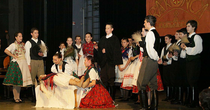 A szlovákiai magyar tájegységek táncait mutatja be a Rakonca Néptáncegyüttes