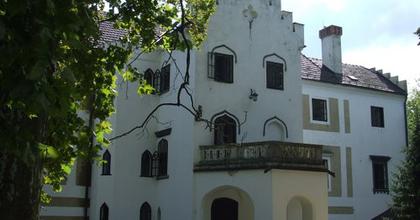 Átadták a 280 millió forintból megújult Zsennyei Alkotóházat