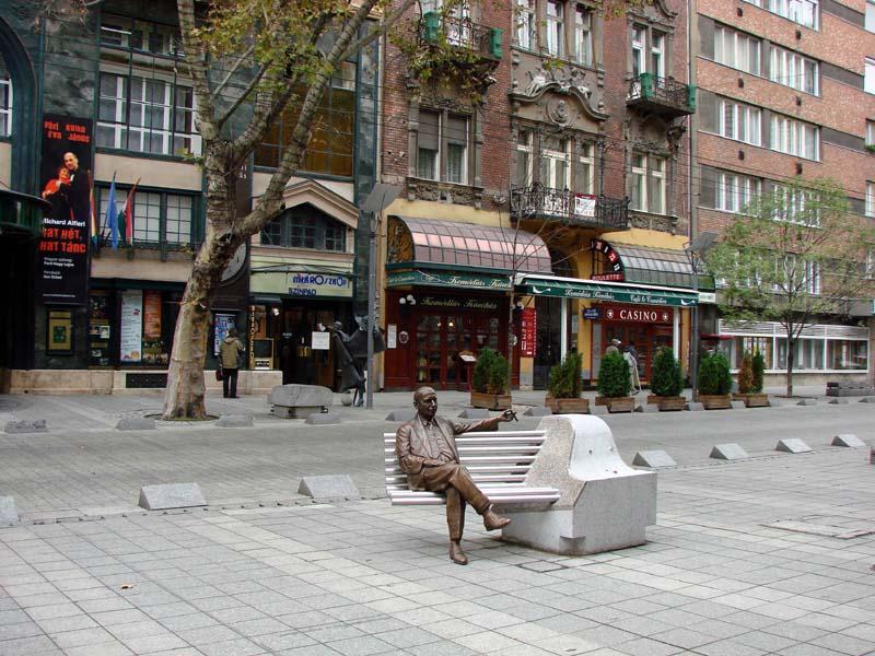 Kalman Imre szobra Operett Szinhaz elott 2007 oktober 26 002 800x600