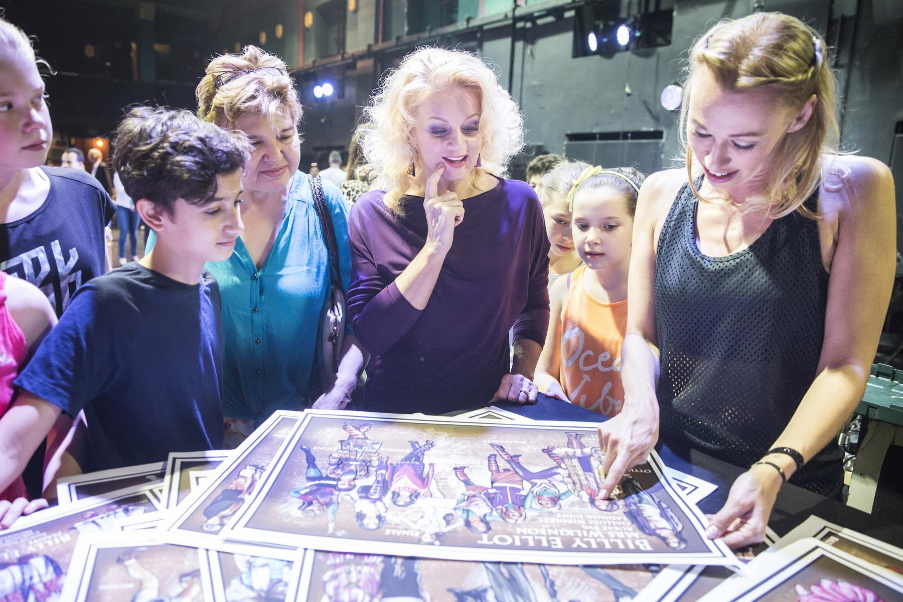 Ladinek Judit kozepen es Gallusz Nikolett jobbra Billy Elliot a Musical sajtotajekoztato foto Palyi Zsofia