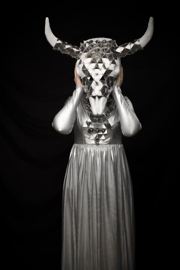 Török Réka színpadi maszkja a Csíki Játékszín Párnaember előadásához