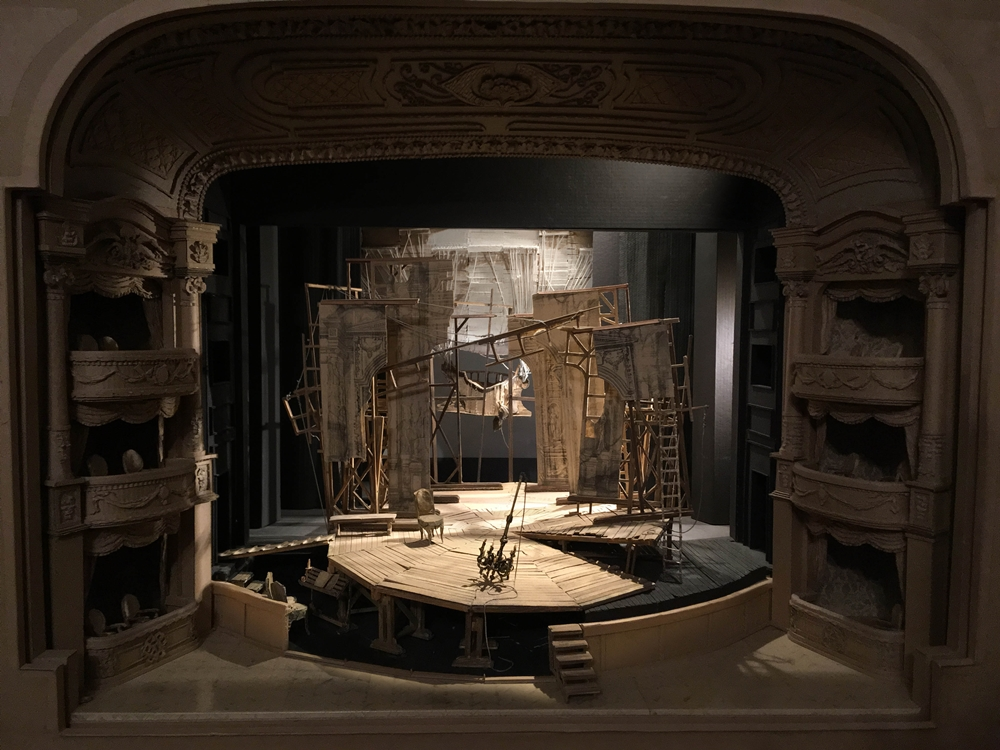 Bagossy Levente díszletének makettje a Vígszínház Úrhatnám polgár előadásához (fotó: Bagossy Levente)