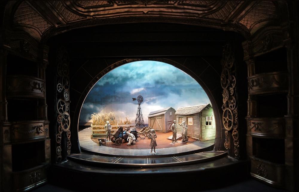 Kentaur díszlettervének makettja a Vígszínház Óz, a csodák csodája előadásához