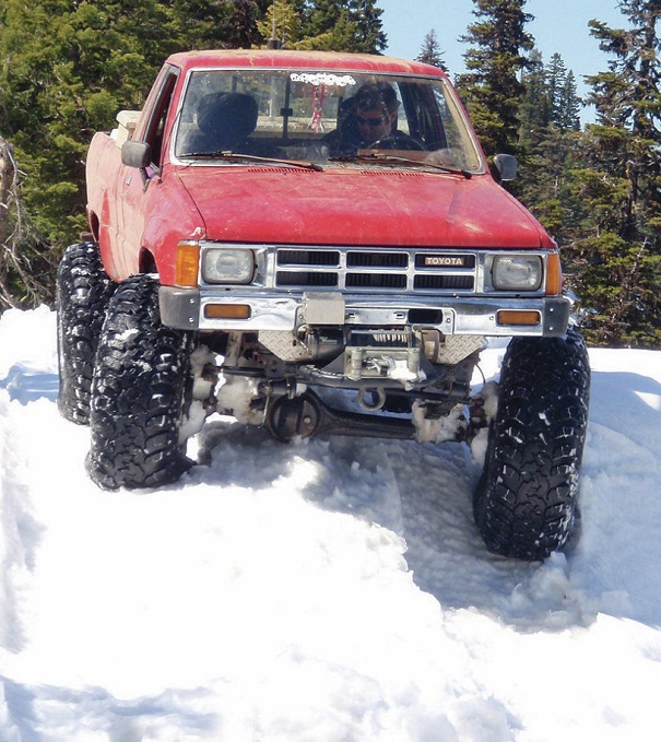 1984_toyota_pickup_snow_2s.jpg