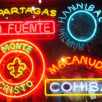 Neon reklámfeliratok szivar témakörben