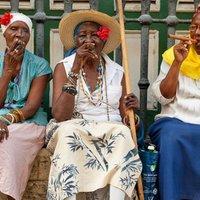 Havanna óvárosában szivarozó nők