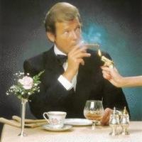 A 007 ügynök midnig, értsd mindig szivarozik