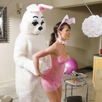 A húsvéti nyúl fiú segít a nyúl lánynak felöltözködni
