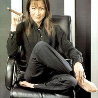 Michelle Yeoh szivarral és cigarettával