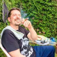 Boldog szivarozás a kertben