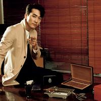 Song Seung Heon Szivarral
