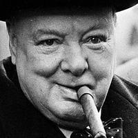 Churchill szivarozik és mosolyog