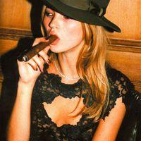 Kate Moss szupermodell szivarozik és dohányzik