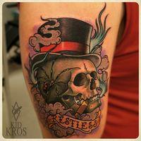 Tetovált szivarozó koponyák