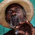 Szivarozó kubai férfiak