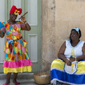 Kubai öregasszonyok pézért fotóztatják magukat Havannában